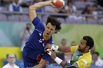 Francouz Fernandez se snaží prosadit proti brazilské obraně.
