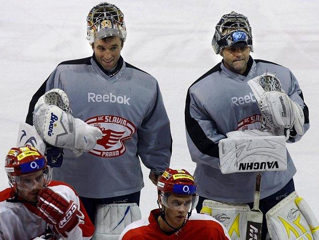Brankáři Milan Hnilička (vlevo) a Zdeněk Orct (vpravo) na tréninku hokejistů pražské Slavie, který se uskutečnil 10. prosince 2009 v Praze-Edenu.