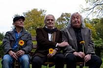 PO LETECH. Cesta skrze stáří a dávné křivdy je trnitá, ale nakonec se někdejší přátelé přece jen sejdou na téže lavičce (Oldřich Kaiser, Didier Flamand, Jiří Lábus).