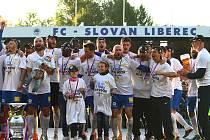 Fotbalisté Liberce se radují ze zisku mistrovského titulu.