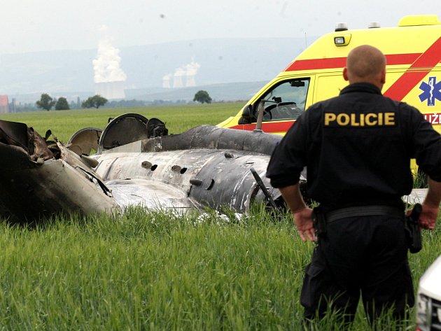 Pilot v Čeradčicích u Žatce nepřežil pád letounu, jeho spolucestující byla převezena do nemocnice.