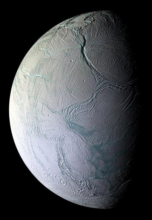 Záběr povrchu měsíce Enceladus, který je jedním z měsíců Saturnu. Pořízen byl 9. října 2008