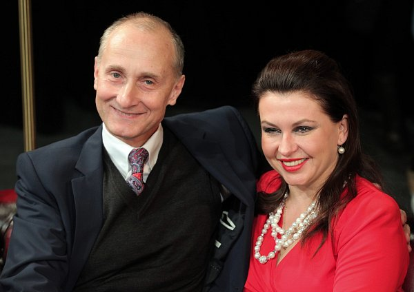 Divadlo Bez zábradlí uvede včeské premiéře nejúspěšnější britskou komedii desetiletí Jistě, pane premiére! Na snímku Josef Carda a Dana Morávková.