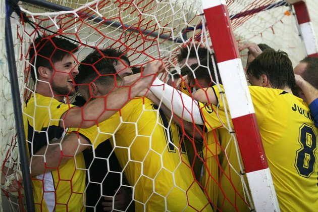 Sáloví fotbalisté SMR Plus Zlín se radují z titulu v Celostátní lize.