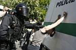 Příslušníci zásahové jednotky Policie ČR zadrželi skupinku anarchistů, kteří 1. května bránili na mostě Legií v Praze povolené demonstraci členů a příznivců Národní fronty na Střeleckém ostrově.