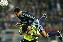 Jermaine Jones (v modrém dresu Schalke) si vyskočil na Didiera Drogbu. Chelsea si nakonec z Gelsenkirchenu odvezla bod.