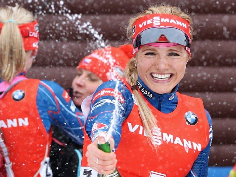 Nechybělo šampaňské. Biatlonistka Gabriela Soukalová slaví v cíli stříbrného závěrečného závodu SP nejúspěšnější českou zimu v historii.