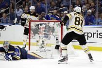 Hokejista Boston Bruins David Pastrňák (vpravo) střílí gól, vlevo brankář St. Louis Blues Jordan Binnington