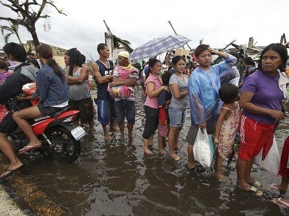 Na Filipínách vládne chaos. Chybí jídlo, pitná voda i léky.