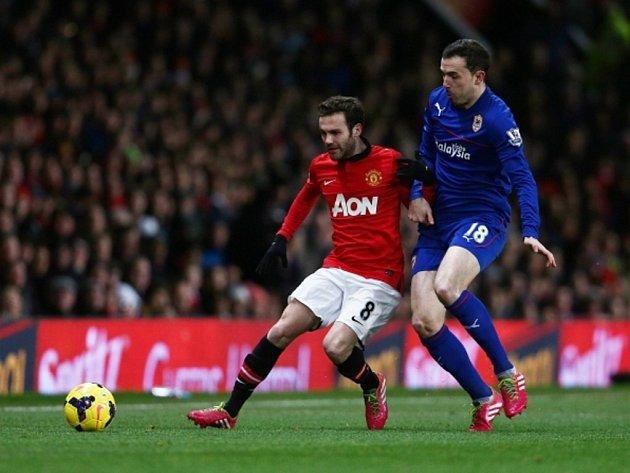 Posila Manchesteru United Juan Mata (vlevo) proti Cardiffu.