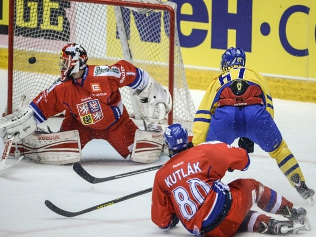 Brankář Jakub Kovář inkasuje gól od Martina Thornbergaze Švédska.