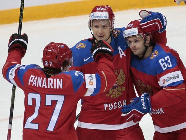 Hokejisté Ruska se radují z gólu proti Lotyšsku.