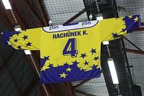 Vyvěšený dres ve Zlíně Karla Rachůnka, který tragicky zahynul při leteckém neštěstí v Jaroslavli.