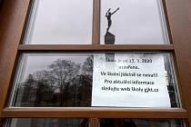 Základní, střední i vysoké školy v Česku kvůli šíření koronaviru zůstanou zavřené. Nařídila to Bezpečnostní rada státu jako opatření proti šíření nového typu koronaviru. Na snímku z 11. března 2020 je uzavřené Gymnázium J. K. Tyla v Hradci Králové