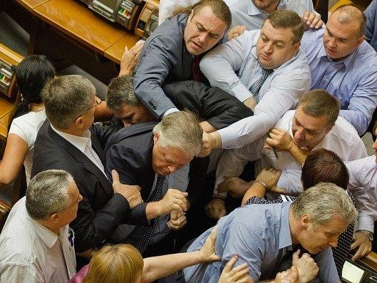 Ukrajinští poslanci vyhnali ze sněmovny šéfa komunistů.