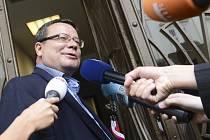 Exministr obrany Alexandr Vondra přichází 30. července do policejní budovy Na Perštýně v Praze k výslechu v kauze Jany Nagyové.