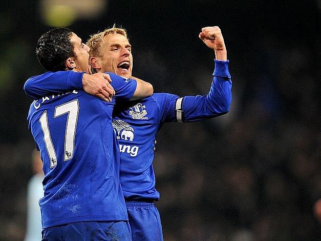 Tim Cahill (vlevo) a Phil Neville (vpravo) z Evertonu se radují. Porazili Manchester City na jeho hřišti.