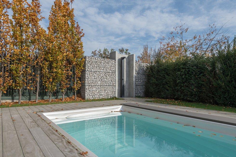 """""""Zadní část zahrady, která je chráněná před pohledy z ulice, byla pro umístění celoročně používaného vyhřívaného bazénu ideální,"""" říká architektka Ivana Dombková."""