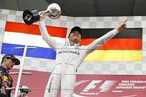 Nico Rosberg s trofejí pro vítěze na okruhu v Suzuce