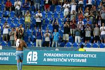 Milan Boroš se zdraví s fanoušky Baníku.