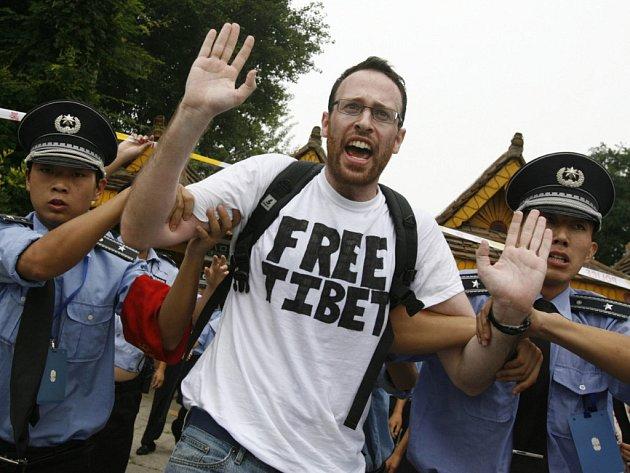 Čínská policie zadržela skupinku demonstrantů, kteří se v Pekingu pokusili nedaleko Národního stadionu rozvinout transparent s nápisem Free Tibet.