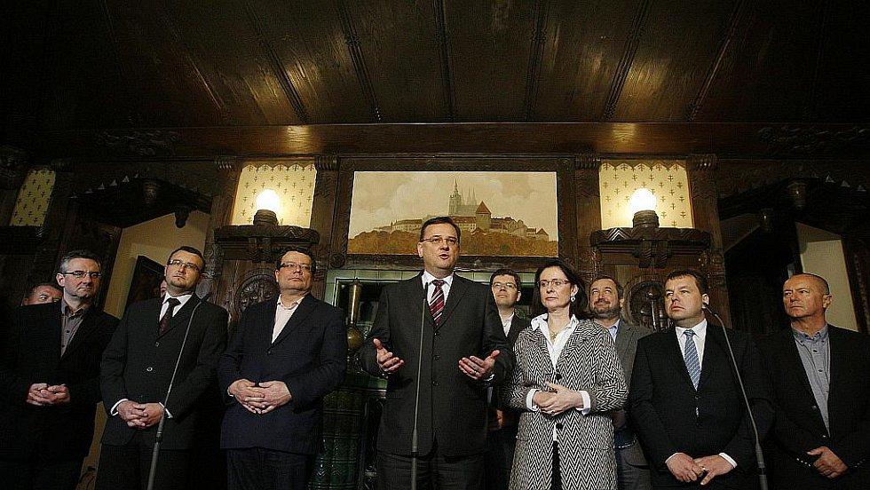 Premiér a předseda ODS Petr Nečas vystoupil spolu s grémiem ODS 15. dubna v Praze na tiskové konferenci.