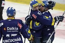 Hokejisté Vítkovic Jiří Burger (vlevo) a Viktor Ujčík se radují z gólu.