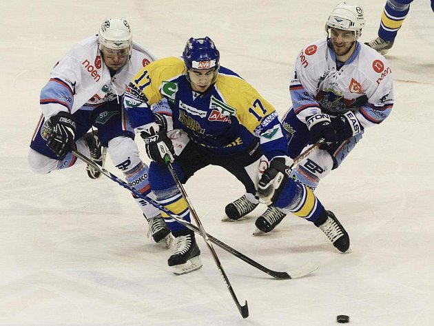 Hokejisté Chomutova se snaží překazit akci Michala Dragouna z Ústí.