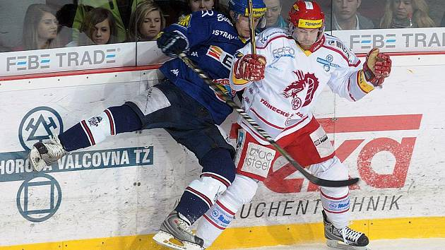 Hokejisté Třince (v bílém) ve finále extraligy proti Vítkovicím.