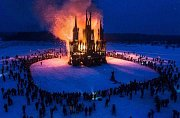 """Akce """"hořící gotika"""" ruských umělců ve městě Kaluga. Oslavy svátku Maslenica."""