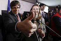 Bývalý katalánský premiér Carles Puigdemont oslavuje vítězství separatistů.