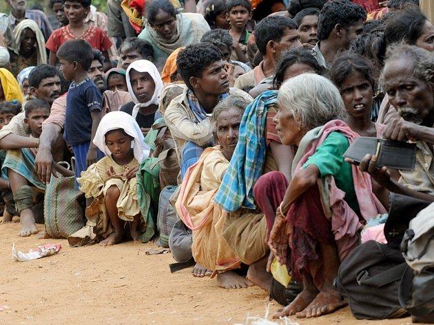 Civilisté, kteří uprchli z oblasti bojů na Srí Lance.
