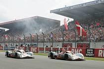Dvojice Aston Martinů protíná cílovou čárů v Le Mans. S číslem 007 jela posádka Enge, Charouz, Mücke.