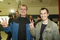 Martin Pezlar a Ivan Buchta, počítačovi programátoři věznění v Řecku, přiletěli na letiště Václava Havla v Praze.