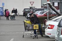 Nákupy v obchodním centru. Ilustrační snímek
