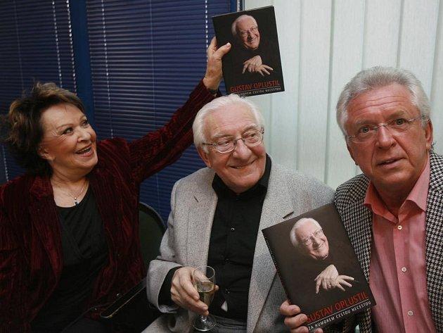 KOLEGOVÉ A PŘÁTELÉ. Jiřina Bohdalová, Gustav Oplustil a Jaromír Hanzlík při křtu knihy.