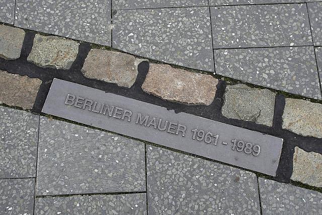 Připomenutí v dlažbě kudy vedla Berlínská zeď