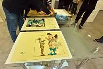 Namísto zahájení předaukční výstavy zasahovali 7. února v pražském Topičově salonu kriminalisté. Přišli zabavit originály legendárního komiksu Káji Saudka Muriel a andělé, který se měl za několik dní nabízet v dražbě s vyvolávací cenou 5,9 milionu korun.