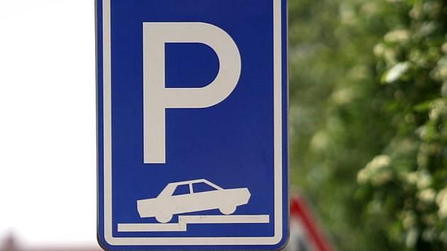 Lidé žádají víc parkovacích míst, radnice zvažuje patrové parkoviště