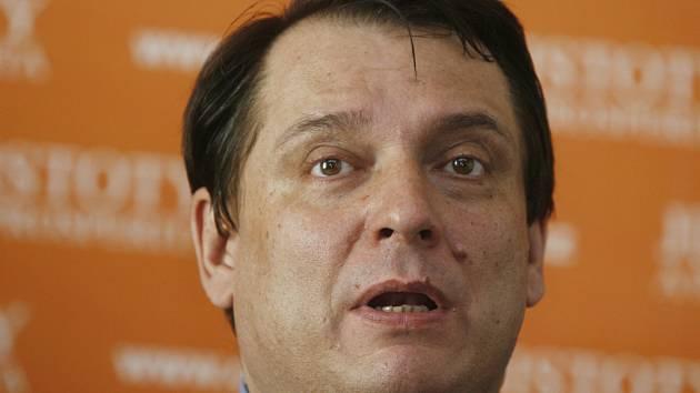 Jakmile se vrátí ČSSD k vládě, tak tyto platby za návštěvu lékaaře a recepty zruší a nemocenskou vrátí na původní úroveň, řekl Jiří Paroubek v Lidovém domě.