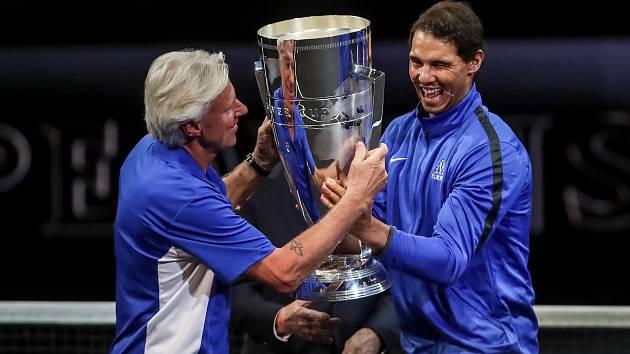 Premiérový Laver Cup vyhrál tým Evropy. Z trofeje se raduje Rafael  Nadal (vpravo).