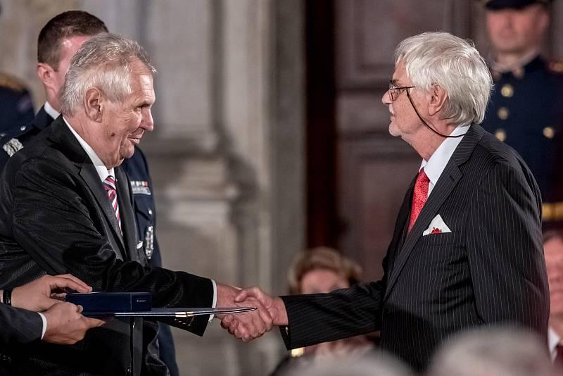 Prezident Miloš Zeman na státní svátek 28. října předával státní vyznamenání ve Vladislavském sále Pražského hradu. Šesták