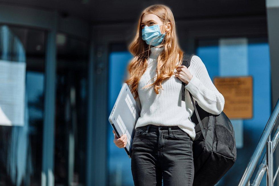 Povinnost mít na pracovišti zakrytá ústa i nos respirátorem či jiným ochranným prostředkem bez výdechového ventilu s filtrační účinností alespoň 94 procent či chirurgickou rouškou podle aktualizovaných informací na vládním Covid Portálu stále platí.
