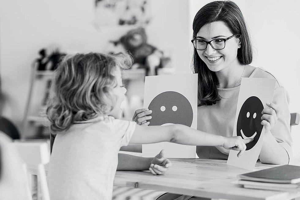 Psychologů v pedagogicko-psychologických poradnách máme hodně, ale ti jsou orientováni na psychologické problémy související se školou, případně rodinou a nemohou se věnovat dětem s duševními poruchami.