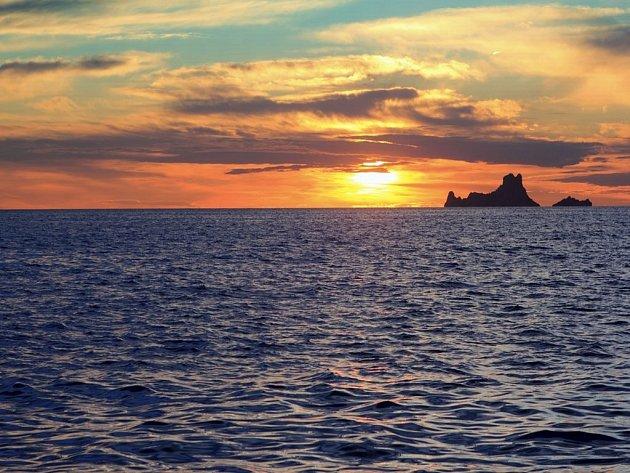 Pohled z Formentery na Ibizu při západu slunce