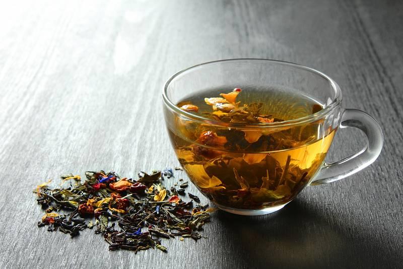 V období, kdy na vás doléhají chmury, pochybnosti, úzkosti a stres, pijte jednou nebo dvakrát denně šálek čaje z heřmánku, kořene kozlíku, z lipových květů nebo květů jetele.