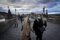 Dívky v rouškách na Karlově mostě