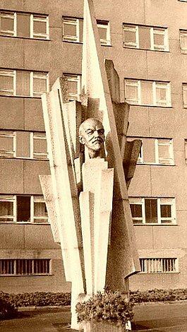 Uprostřed žulových paprsků čněla před tehdejší brněnskoubudovou Vojenské akademie Antonína Zápotockého bronzová bustaVladimíra Iljiče Lenina.