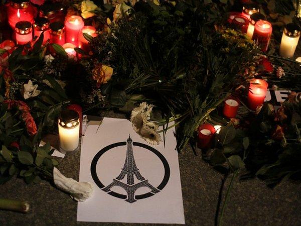Symbolem solidarity po útocích je spontánní kresba sEiffelovkou.