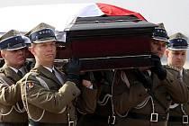 Zatím 64 obětí sobotní letecké katastrofy u Smolenska v Rusku, kde v troskách svého letadla zahynul i polský prezident a dalších 95 lidí na palubě, se podařilo rozpoznat v moskevské márnici. Oznámilo to ruské ministerstvo pro mimořádné situace.